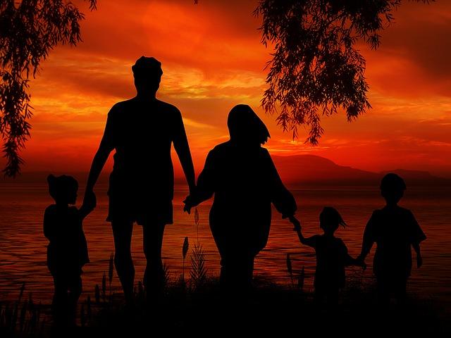rodiče a tři děti