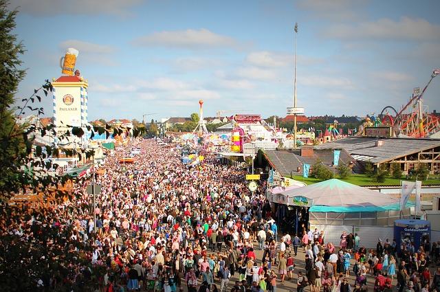 dav lidí na pouti.jpg