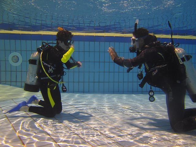 Potápěči v plaveckém bazénu